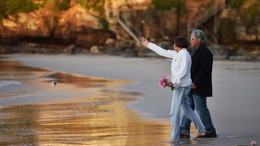 Justine Damond's father, John Ruszczyk and his wife Maryan Heffernan, at the water's edge at Freshwater Beach during a vigil for their daughter.