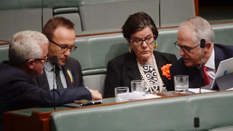 Malcolm Turnbull talks to the crossbenchers, apparently about the referral of MPs over dual citizenship, on Wednesday.