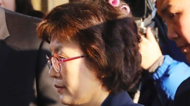 Acting Chief Justice Lee Jung-mi arrives at court with curlers in her hair.