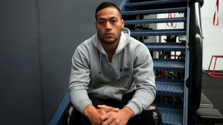 Former Wests Tigers player Tim Simona was forced to abort his boxing debut.