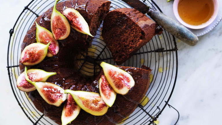 Honey cake with figs and whisky.