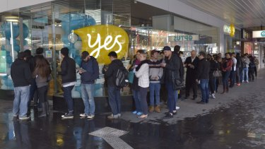 Many queue in Melbourne's CBD for Apple's new must have device iPhone 6.