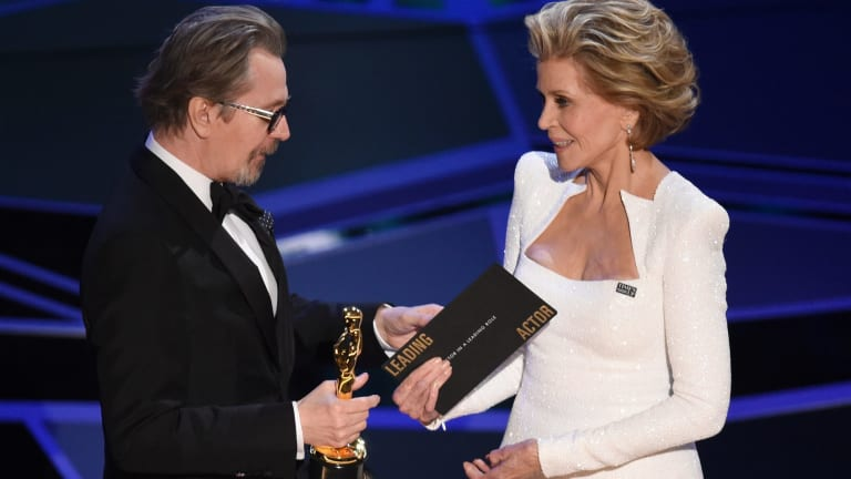 Jane Fonda presents Oldman with the best actor award at the Oscars.