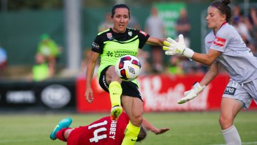 Lisa De Vanna could return to Canberra United for the 2017-18 W-League season.