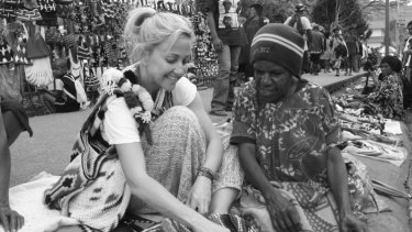 Caroline Sherman with a weaver at the Bilum Festival in Goroka.