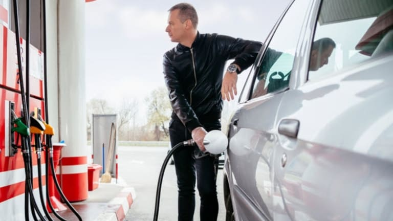 From February 2018, Queensland petrol stations must display the undiscounted fuel price on both the pricing board and pump itself.