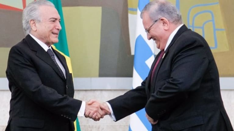 Greek ambassador Kyriakos Amiridis presents his credentials to Brazilian President Michel Temer in May.