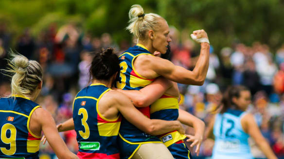Crows star Erin Phillips to focus on football after retiring from basketball
