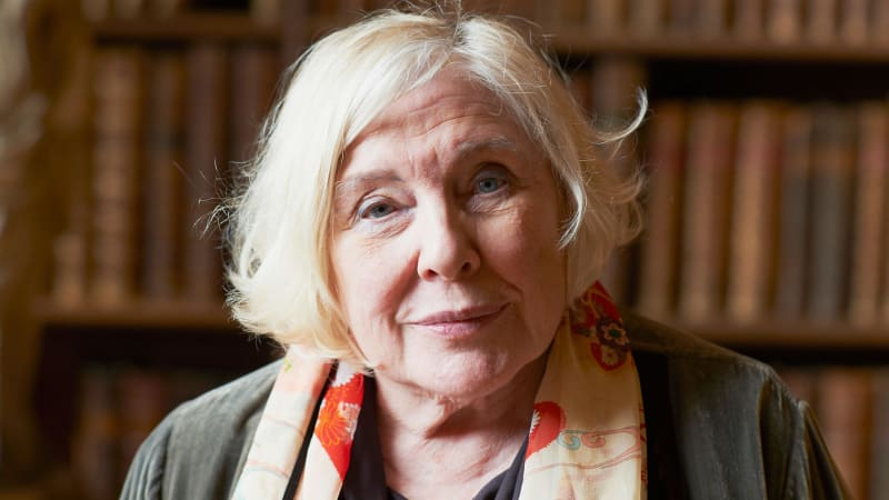 weekend fay weldon Weldon's short story 'weekend' is a strongly feministic and satirical fiction about a weekend of a wife and working-mother in the 70s the story concerns a well-off english middle-class family, at their country cottage.