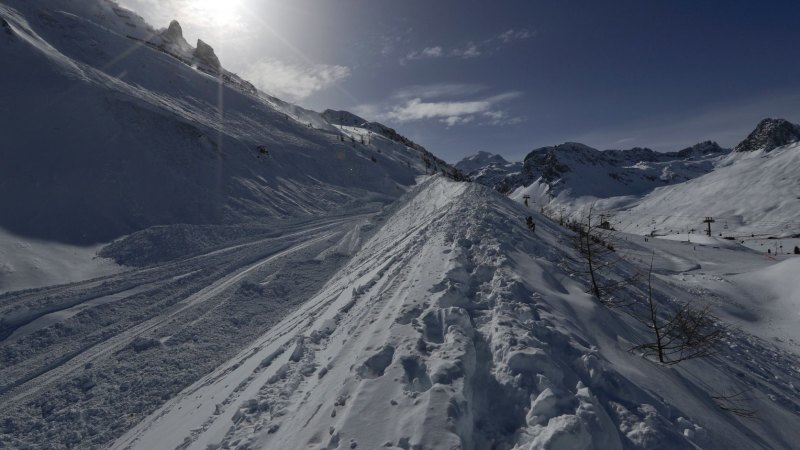 skiers swept away in french avalanche. Black Bedroom Furniture Sets. Home Design Ideas