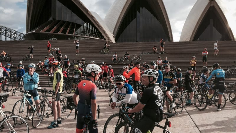 Hundreds ride to Sydney Opera House in memory of cyclist Mike Hall