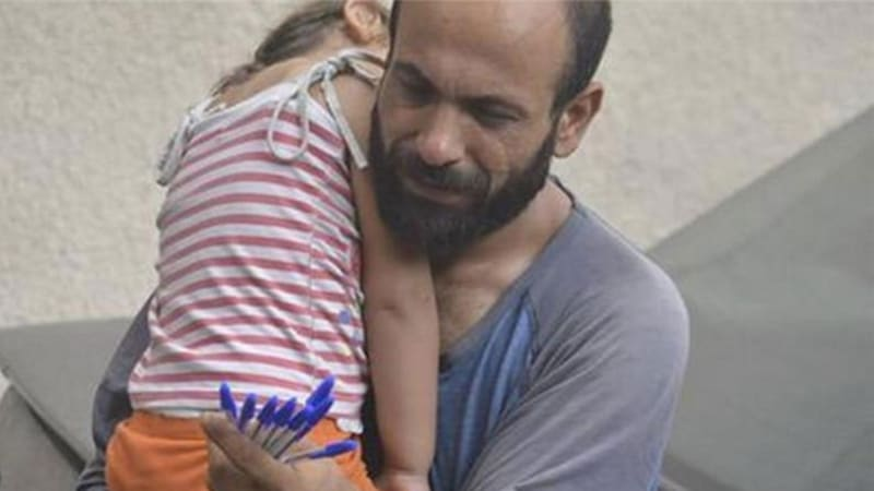 Viral photograph raises $240,000 for refugee father and children