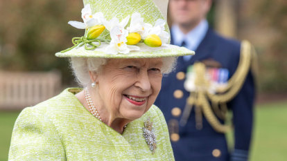 The Queen's maskless moment at RAAF ceremony