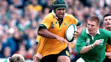 Toutai Kefu on the break against Ireland during the 1999 World Cup.