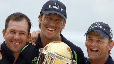 Glenn McGrath (centre), with Adam Gilchrist (right) and Ricky Ponting holding the World Cup trophy in 2007.