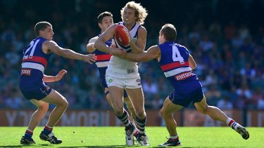 David Mundy breaks through three Bulldogs opponents in an earlier clash with the club.