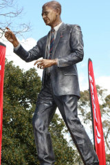 The statue of Norm Smith at the MCG.