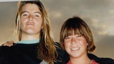 Pam Burridge (kiri) dengan Pauline Menczer di Girls Can't Surf.