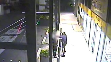 The suspect stabbed the 38-year-old male victim in the face and chest outside First Choice Liquor in Fortitude Valley before bolting.