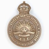 A 1914-1918 Discharged Returned Soldier Badge.
