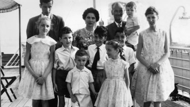 A British migrant couple and their family of nine arrive in Sydney in 1961.