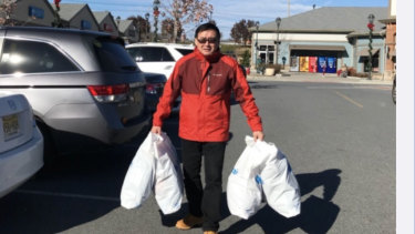 Yang Hengjun's Weibo post on December 18, 2017 showing him with shopping bags.