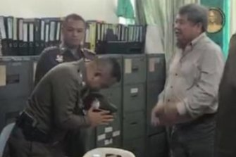 Thailand's Deputy National Police chief Srivara Ransibrahmanakul was criticised for bowing to animal cruelty suspect and construction tycoon Premchai Karnasuta.