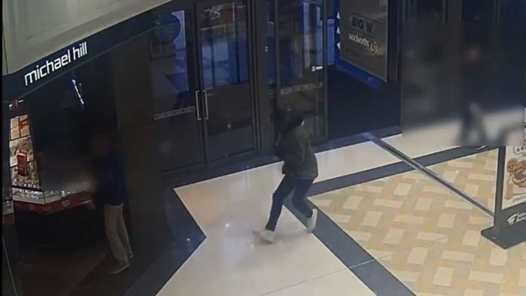 Offender runs towards Michael Hill store.