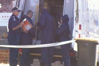 Petugas forensik menjelajahi rumah Mount Lawley.
