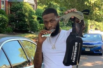 Prosecutors say bank employee Arlando Henderson, 29, stole $US88,000 from his employer's vault in Charlotte, North Carolina, and then used a social media account to post several pictures of himself.
