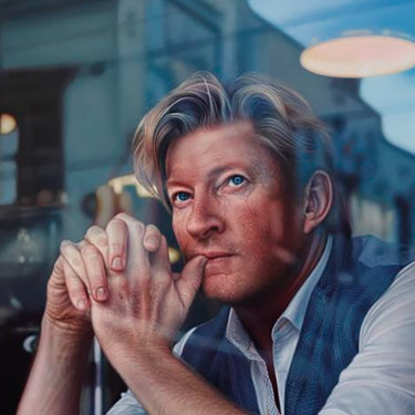 Perth artist Tessa MacKay's  portrait of actor and producer David Wenham titled Through the Looking Glass, which won the  2019 Archibald Packing Room Prize.
