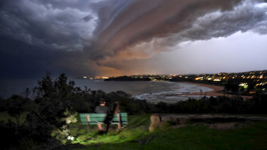 Storms blow into into Sydney. Image taken from Mona Vale.