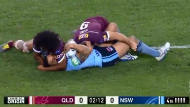 Kaufusi then focuses his attention on grappling around Vaughan's head and neck.