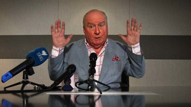 Alan Jones making a public apology for his remarks about Julia Gillard's father.