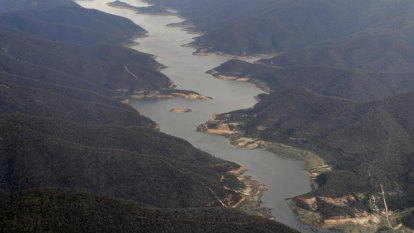Call to bring back water restrictions as Melbourne's big dry drags on