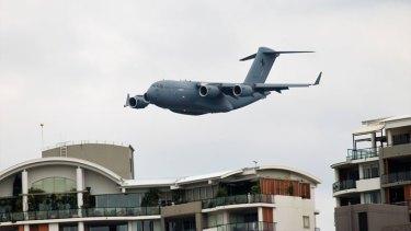 The C-17A Globemaster flys low overthe Brisbane CBD on Thursday.