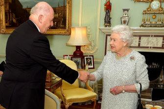 Peter Cosgrove meets the Queen in 2017.