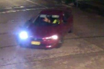 Sebuah Mitsubishi Lancer berwarna merah juga tertangkap CCTV di Rouse Hill pada saat kejadian.