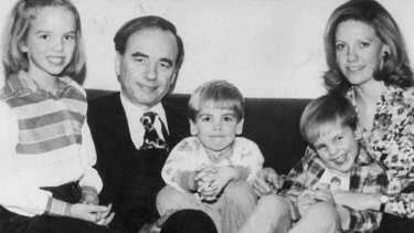 Rupert Murdoch with his wife Anna Murdoch and their children Elisabeth, Lachlan and James in 1977.