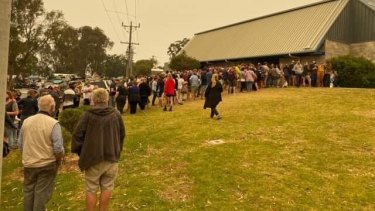 People lining up to register for evacuation at Mallacoota on Thursday.
