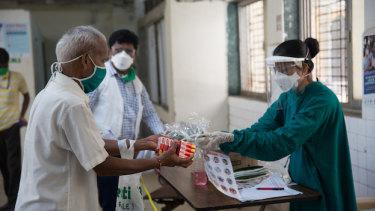 An MSF nurse distributes hygiene kits at a hospital in Mumbai, India.