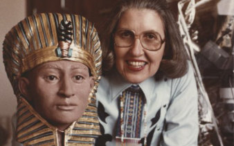 Betty Pat Gatliff with her facial reconstruction of Tutankhamen, which she created in 1983.