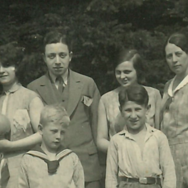 Eddie Jaku (front right) with members of his extended family, 1932. He would be the only one to survive the Holocaust.