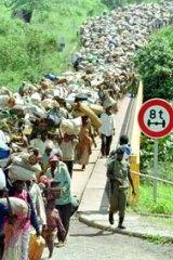 Refugees cross the Rwanda-Tanzania border in Rusumo, Rwanda, December 16, 1996, on their way home from exile in Tanzania.