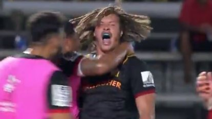 Chiefs stage epic fightback to stun Crusaders in 10-try thriller