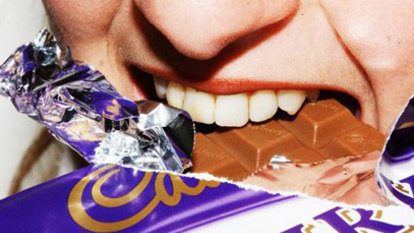 Women more likely to reach for junk food when stressed, study suggests