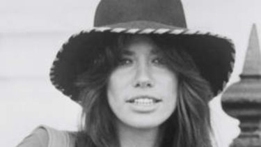 Singer/songwriter Carly Simon poses for a portrait circa 1975.