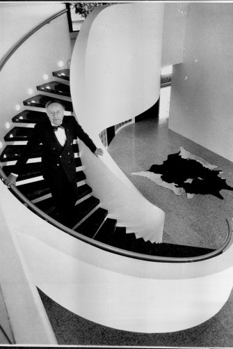Sydney architect Harry Seidler in his open plan apartment in 1992.