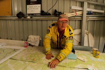 Adaminaby RFS captain Bob Killip outlines the state of the fire at Shannons Flat on Friday afternoon.