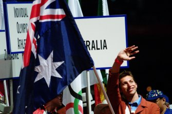 Thorpe carries the flag in the closing ceremony in 2000.